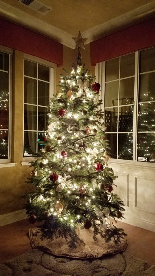 blog-living-christmas-tree-decorated